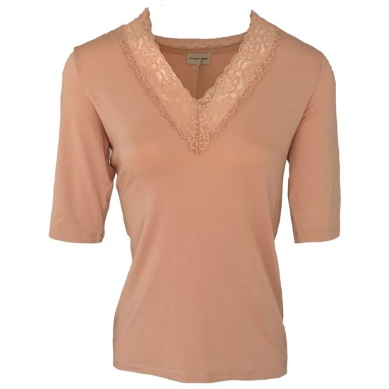 By Malene Birger • roze shirt met kant